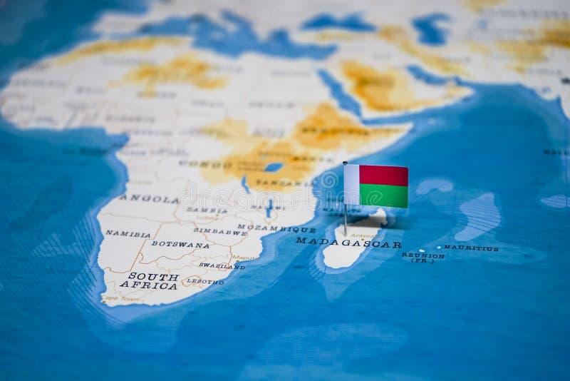 La bandera de Madagascar en el mapa del mundo imagenes de archivo