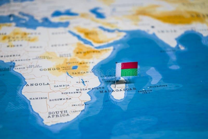 La bandera de Madagascar en el mapa del mundo imágenes de archivo libres de regalías
