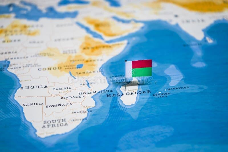 La bandera de Madagascar en el mapa del mundo imagen de archivo libre de regalías