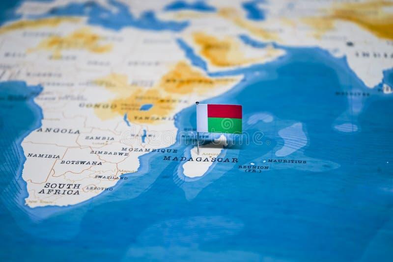 La bandera de Madagascar en el mapa del mundo imagen de archivo