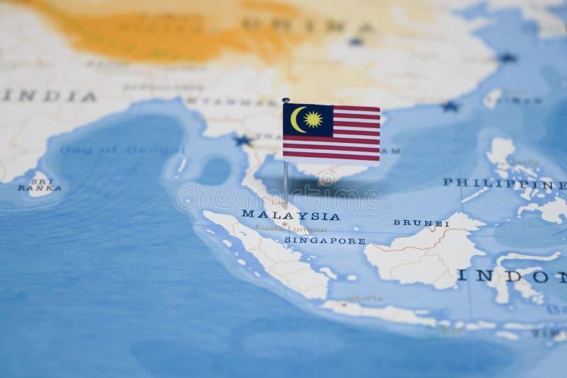 La bandera de Malasia en el mapa del mundo fotos de archivo