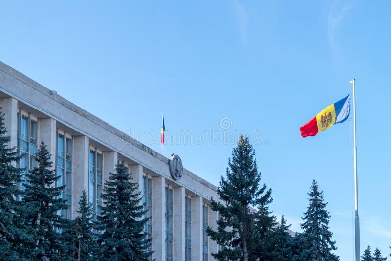 La bandera de Moldavia cerca el gobierno de Moldavia imagen de archivo