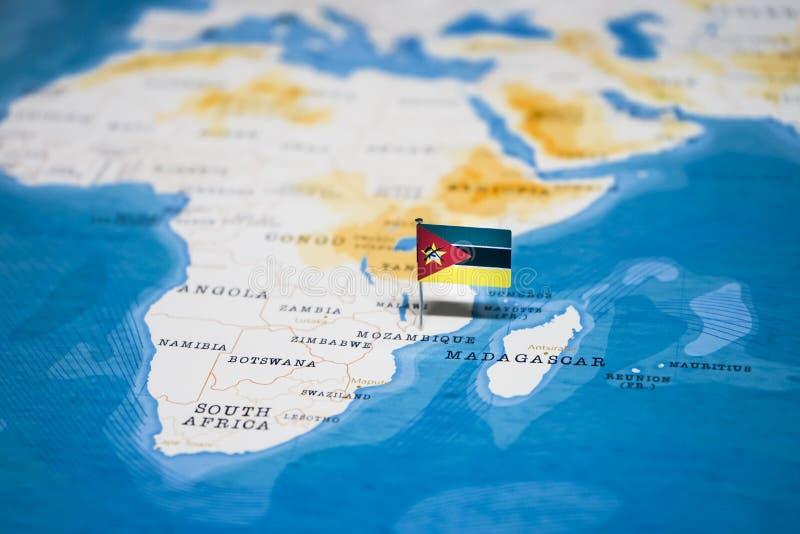 La bandera de Mozambique en el mapa del mundo fotografía de archivo libre de regalías
