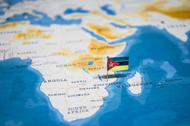 La bandera de Mozambique en el mapa del mundo imagenes de archivo