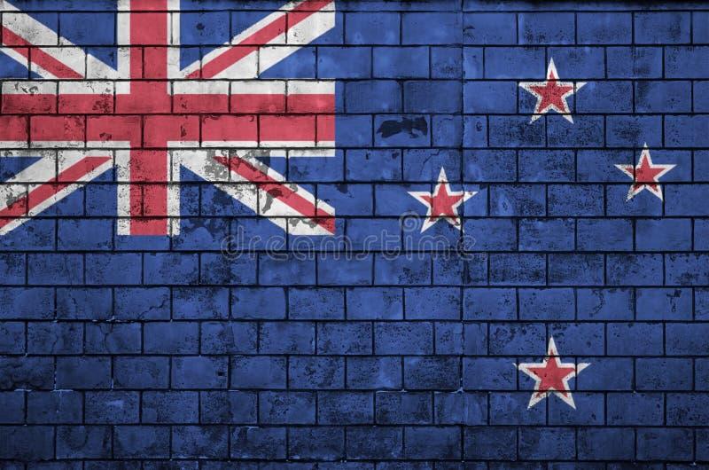 La bandera de Nueva Zelanda se pinta sobre una pared de ladrillo vieja libre illustration