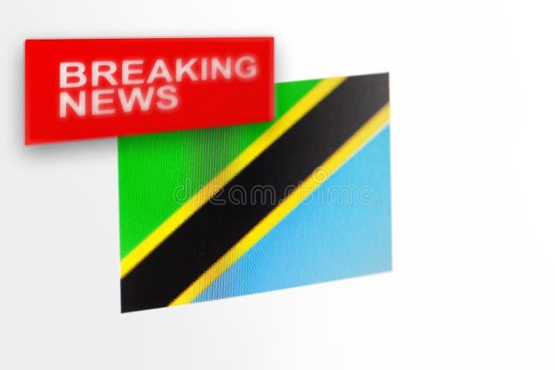 La bandera de país de las noticias de última hora, de Tanzania y las noticias de la inscripción fotografía de archivo libre de regalías
