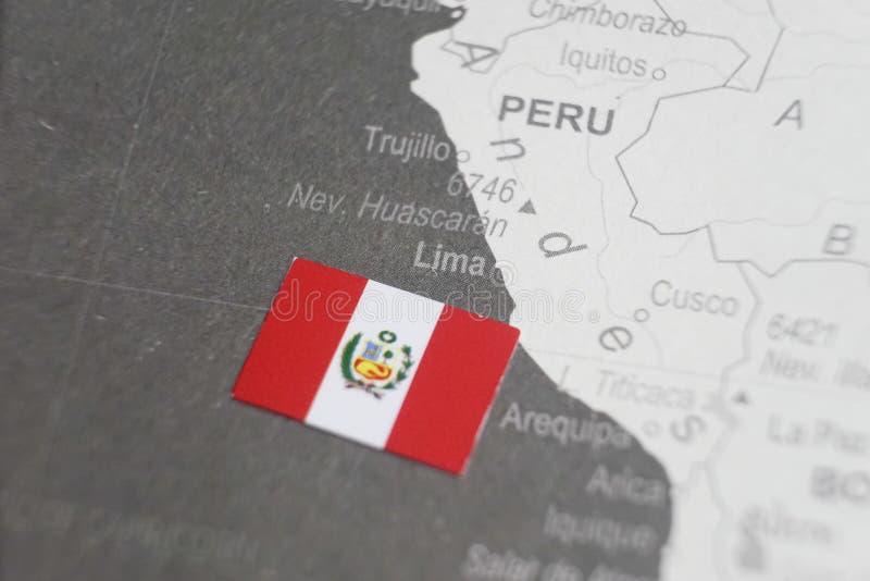 La bandera de Perú colocó en el mapa de Lima del mapa del mundo fotos de archivo libres de regalías