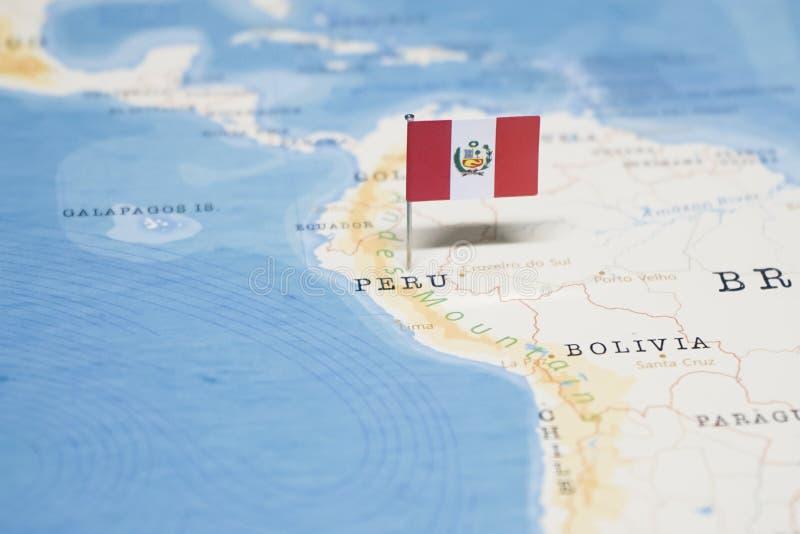 La bandera de Perú en el mapa del mundo fotos de archivo