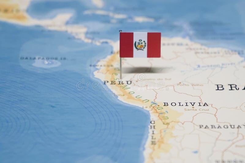 La bandera de Perú en el mapa del mundo imagenes de archivo