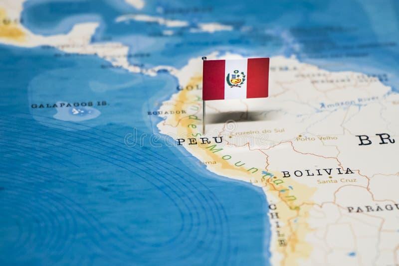La bandera de Per? en el mapa del mundo fotografía de archivo