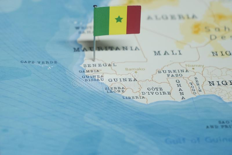 La bandera de Senegal en el mapa del mundo imagen de archivo libre de regalías
