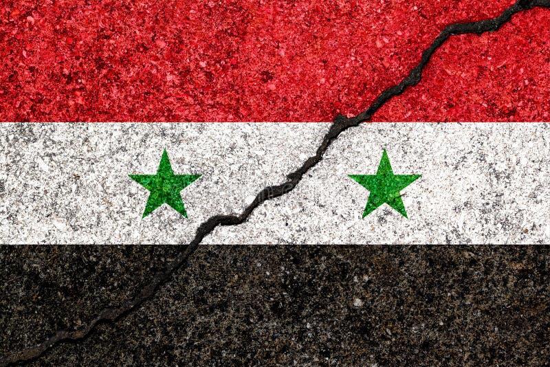 La bandera de Siria pintó en fondo agrietado de la pared/wa civil sirio fotografía de archivo libre de regalías