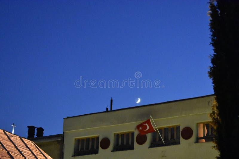 La bandera de la Turquía y el creciente en el cielo nocturno arriba fotografía de archivo libre de regalías