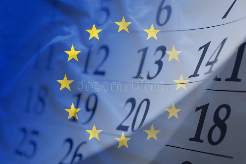 La bandera de la UE con el calendario en el fondo fotos de archivo libres de regalías