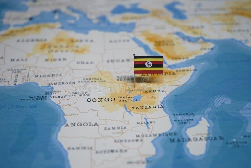 La bandera de Uganda en el mapa del mundo imagenes de archivo