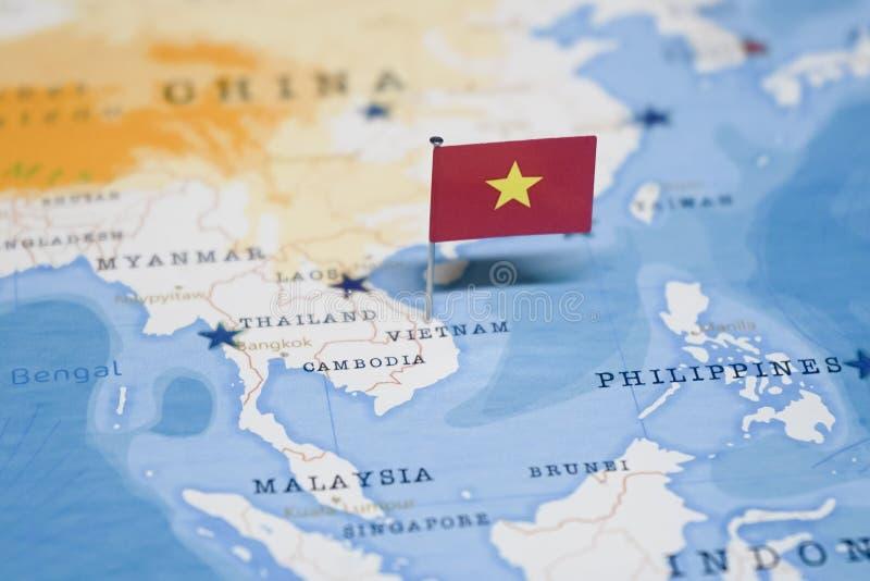 La bandera de Vietnam en el mapa del mundo foto de archivo