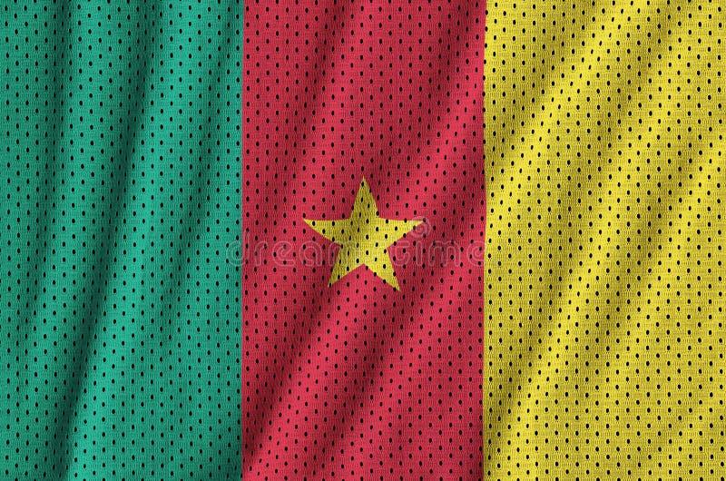 La bandera del Camerún imprimió en un fabri de nylon de la malla de la ropa de deportes del poliéster fotografía de archivo