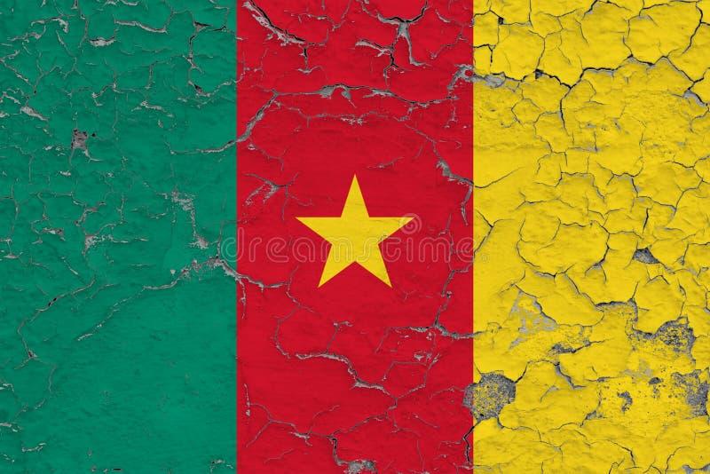 La bandera del Camerún pintó en la pared sucia agrietada Modelo nacional en superficie del estilo del vintage imagenes de archivo