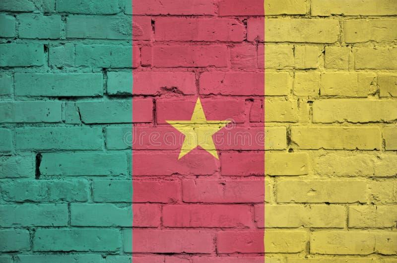 La bandera del Camerún se pinta sobre una pared de ladrillo vieja foto de archivo