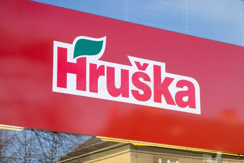 La bandera del supermercado de Hruska - colmado en Ostrava en una ventana fotografía de archivo