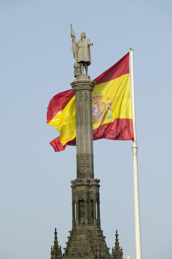 La bandera española agita detrás de la estatua de Christopher Columbus, ½ n del ¿de Plaza de Colï en Madrid, España fotografía de archivo libre de regalías