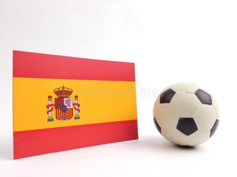 La bandera española con la bola del fútbol isloated en blanco fotografía de archivo
