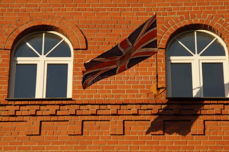 La bandera está en armonía con los elementos de la fachada fotografía de archivo