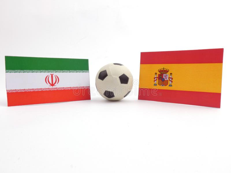 La bandera iraní y española con la bola del fútbol isloated en blanco imagen de archivo libre de regalías
