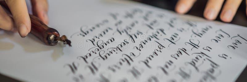 La BANDERA, las manos LARGAS del calígrafo del FORMATO escribe frase en el Libro Blanco Frase de la biblia sobre la inscripción d fotos de archivo libres de regalías