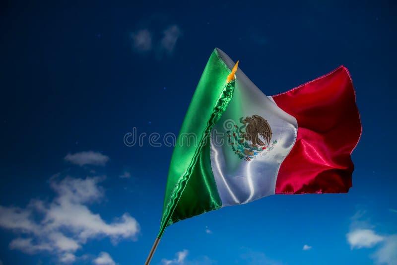 La bandera mexicana contra un cielo nocturno, Día de la Independencia, cinco de puede fotos de archivo libres de regalías
