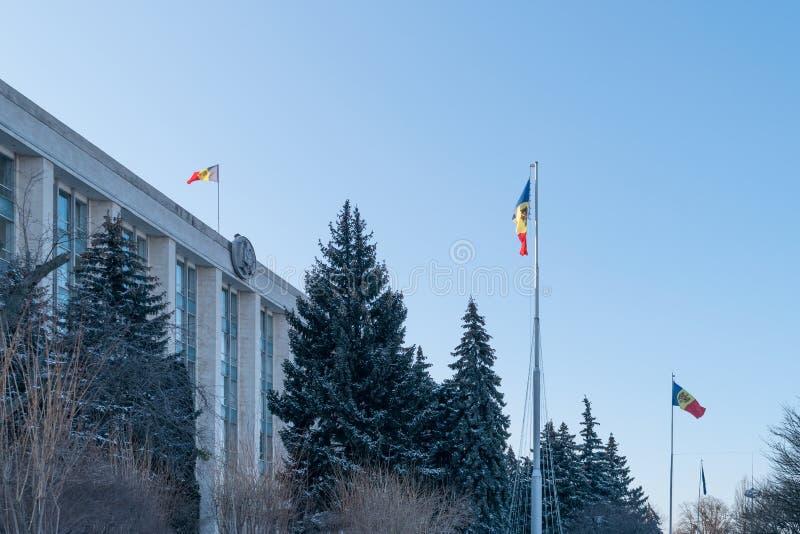 La bandera moldava nacional que es volada cerca el gobierno de la República del Moldavia imagen de archivo libre de regalías