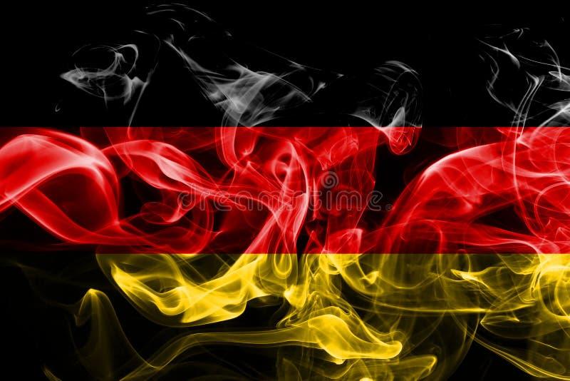 La bandera nacional de Alemania hizo del humo coloreado aislado en fondo negro imagen de archivo