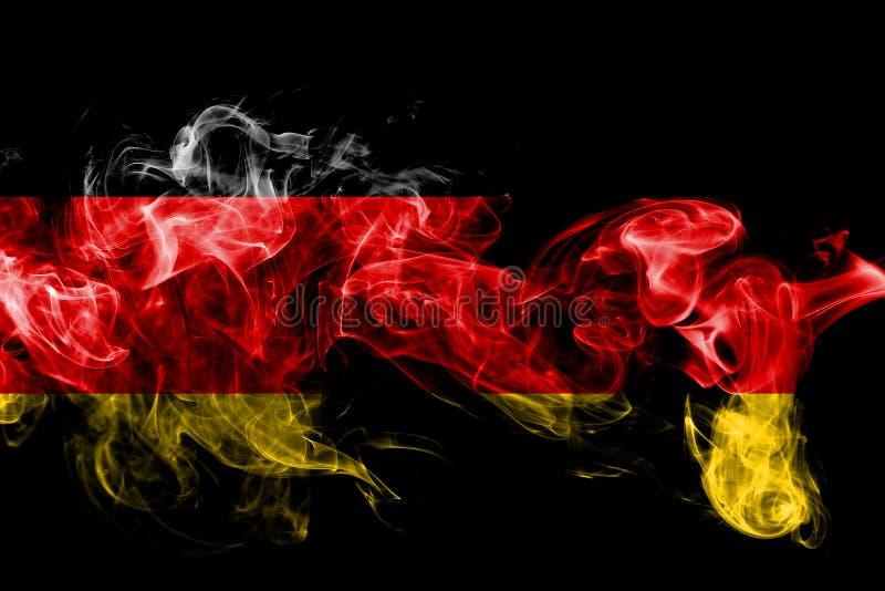La bandera nacional de Alemania hizo del humo coloreado aislado en fondo negro Fondo sedoso abstracto de la onda foto de archivo
