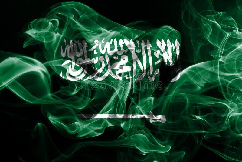 La bandera nacional de la Arabia Saudita hizo del humo coloreado aislado en fondo negro imágenes de archivo libres de regalías