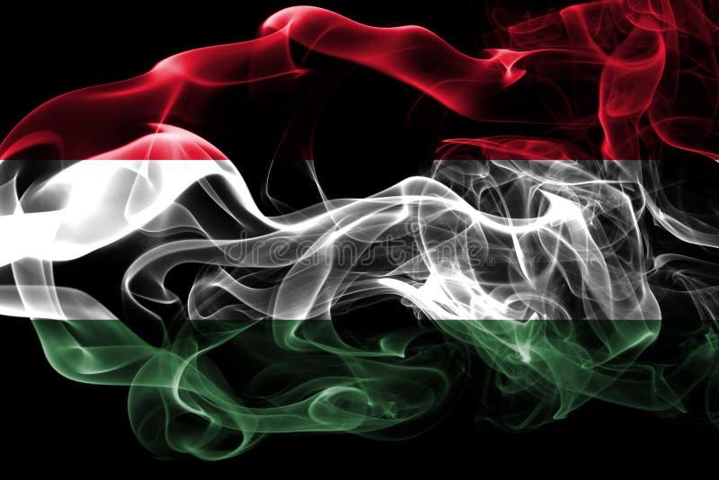 La bandera nacional de Hungría hizo del humo coloreado aislado en fondo negro Fondo sedoso abstracto de la onda fotos de archivo