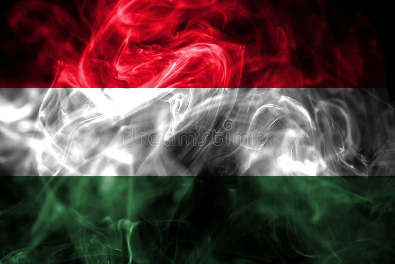 La bandera nacional de Hungría hizo del humo coloreado aislado en fondo negro Fondo sedoso abstracto de la onda ilustración del vector