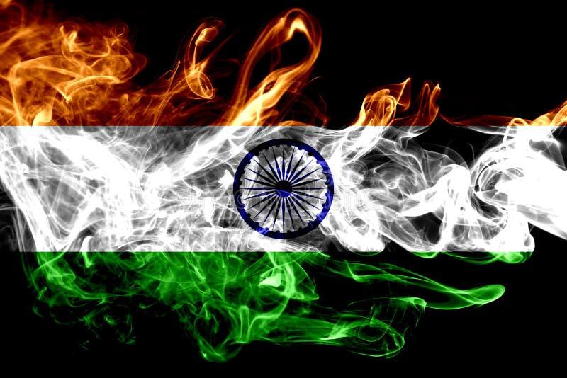 La bandera nacional de la India hizo del humo coloreado aislado en fondo negro Fondo sedoso abstracto de la onda ilustración del vector