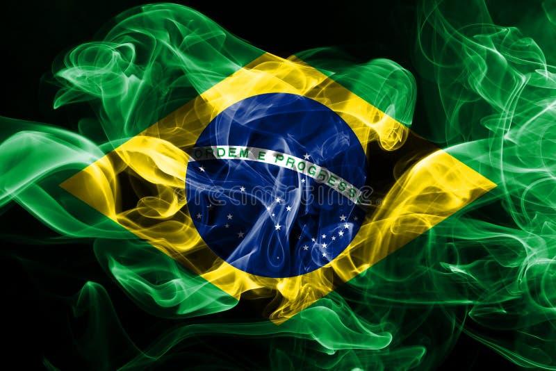 La bandera nacional del Brasil hizo del humo coloreado aislado en fondo negro stock de ilustración