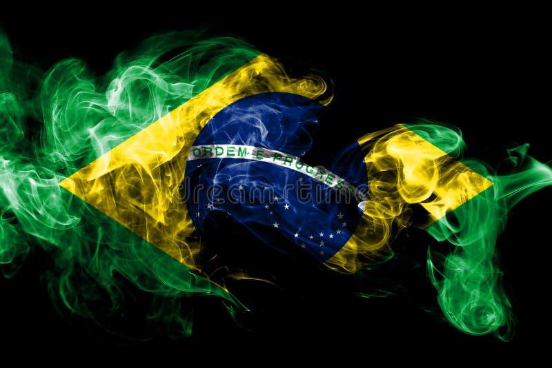 La bandera nacional del Brasil hizo del humo coloreado aislado en fondo negro Fondo sedoso abstracto de la onda stock de ilustración