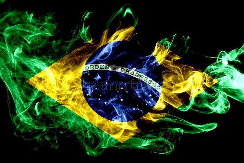 La bandera nacional del Brasil hizo del humo coloreado aislado en fondo negro Fondo sedoso abstracto de la onda ilustración del vector