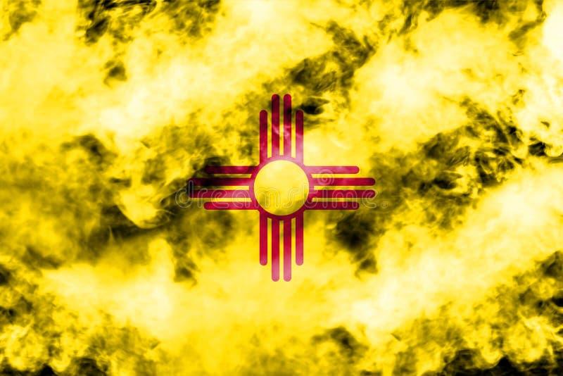 La bandera nacional del estado de los E.E.U.U. New México adentro contra un humo gris en el día de la independencia en diversos c ilustración del vector