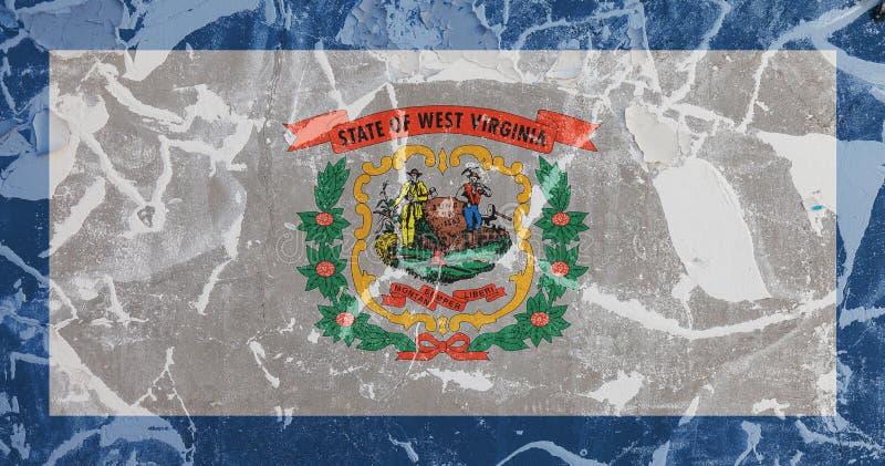 La bandera nacional del estado de los E.E.U.U. Virginia Occidental adentro contra una pared gris con las grietas y las faltas en  stock de ilustración