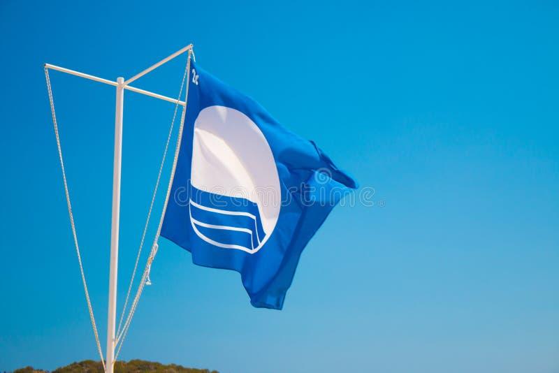 La bandera para las mejores playas de Europa Grecia, Creta 2018 La bandera azul es un premio internacional dado a la excelencia imagen de archivo libre de regalías