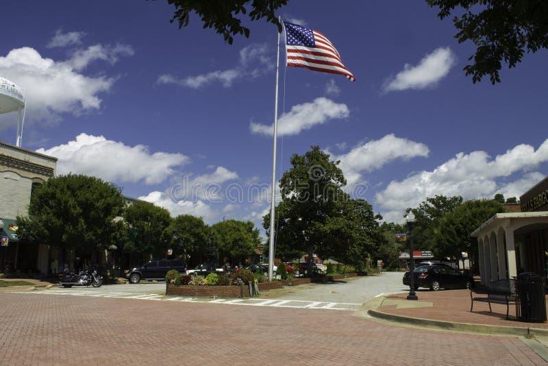 La bandiera americana e la montagna storica del pino fotografie stock libere da diritti