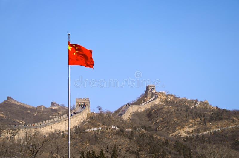 La bandiera cinese prima della grande muraglia della Cina fotografia stock