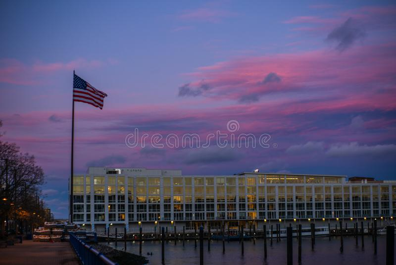La bandiera degli Stati Uniti al tramonto sul fiume hudson nel New Jersey immagini stock