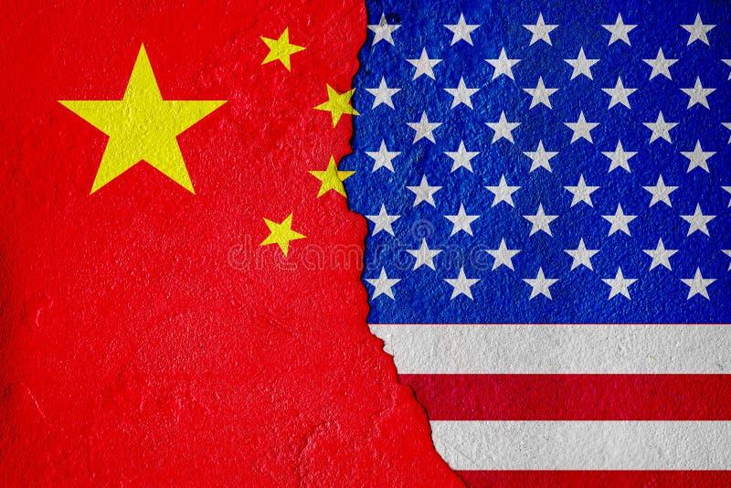 La bandiera degli Stati Uniti d'America e la bandiera della Cina e la battaglia economica dipingono sui muri incrinati media misti immagine stock libera da diritti