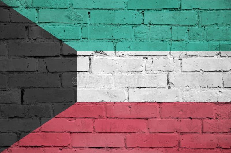 La bandiera del Kuwait è dipinta su un vecchio muro di mattoni immagini stock libere da diritti