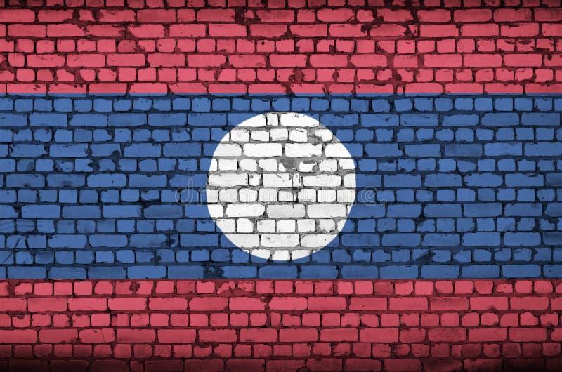 La bandiera del Laos è dipinta su un vecchio muro di mattoni illustrazione vettoriale