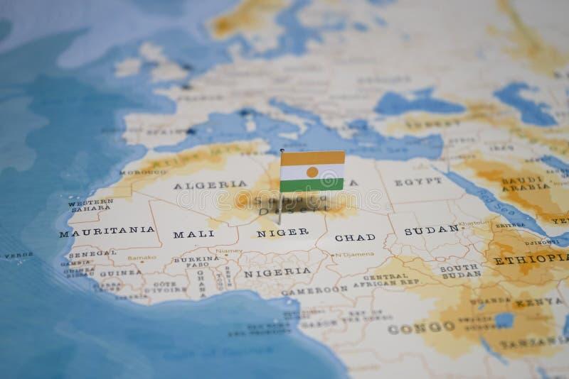 La bandiera del Niger nella mappa di mondo fotografia stock